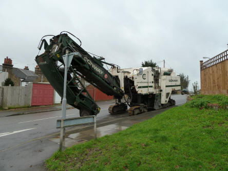 Road resurfacing machine